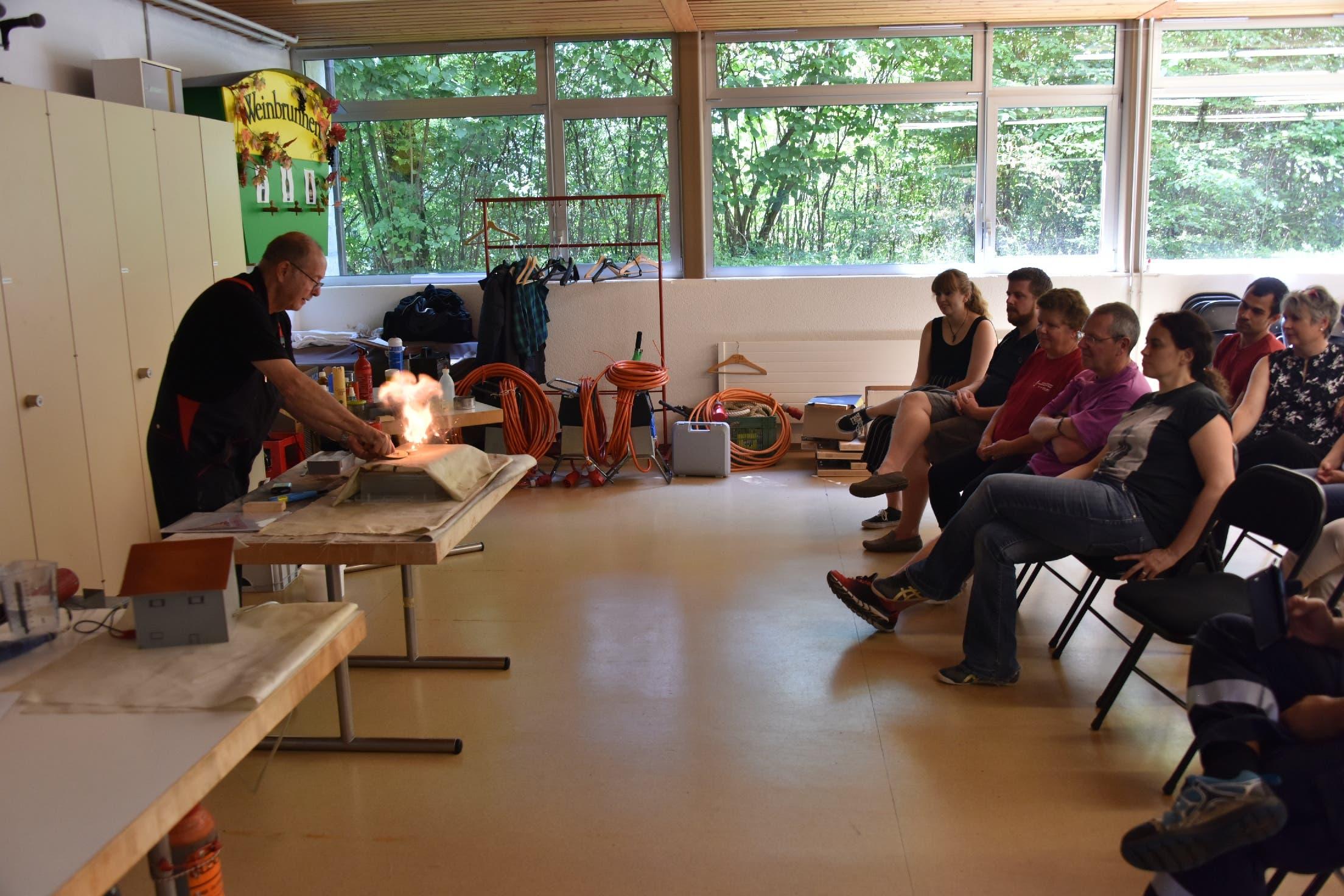 Experimentalvortrag Anhand vieler kleiner Beispiele wurde aufgezeigt, was es für ein Feuer benötigt und wie es gelöscht werden kann.