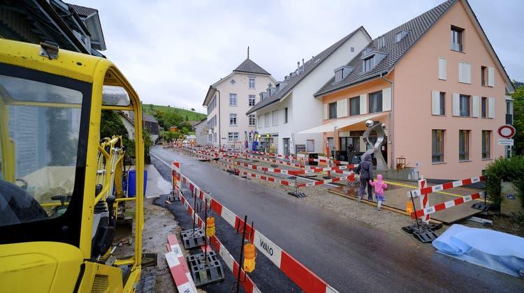 Baustelle belastet Arisdorf – Dorfleben strapaziert, Parteien reklamierten