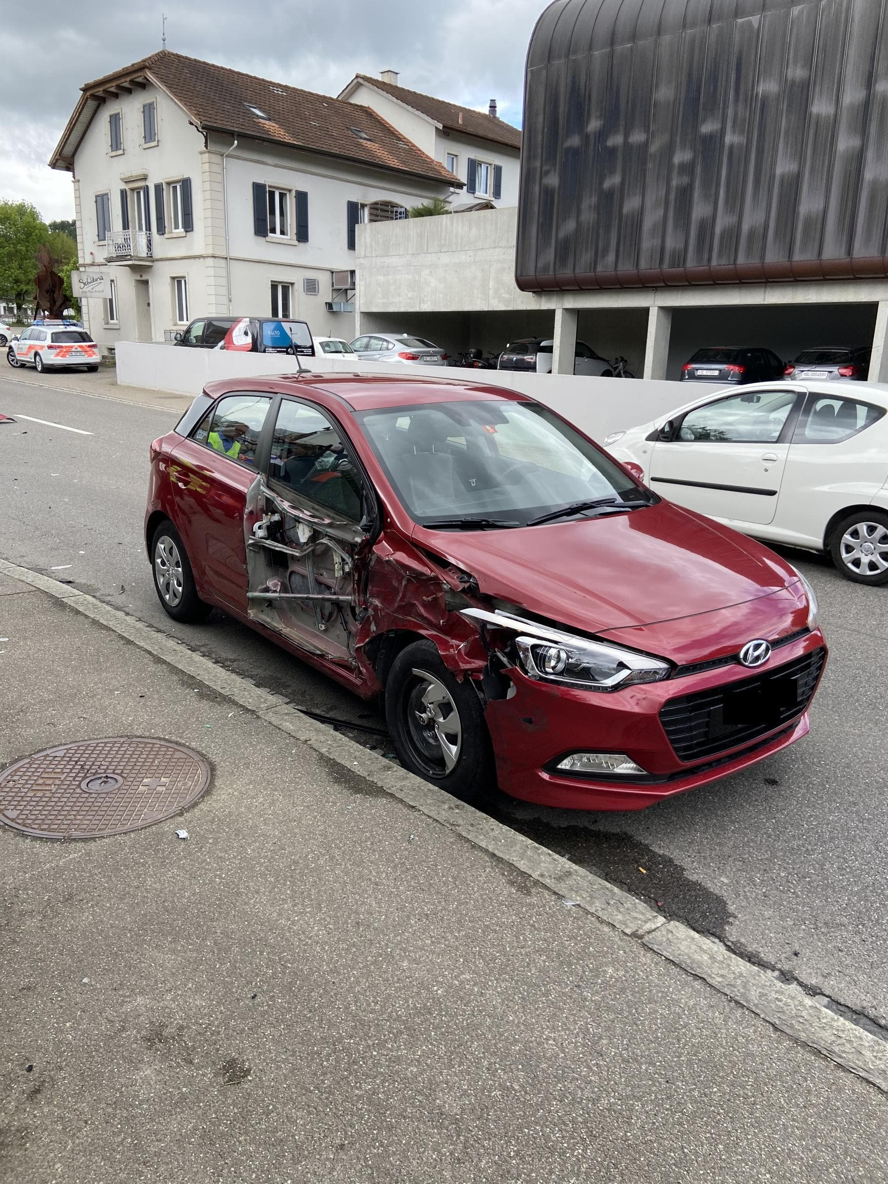 Sissach BL, 29. April: Am Mittwochmorgen ereignete sich eine Kollision zwischen einem Traktor und einem Personenwagen. Die Personenwagenlenkerin wurde dabei leicht verletzt.