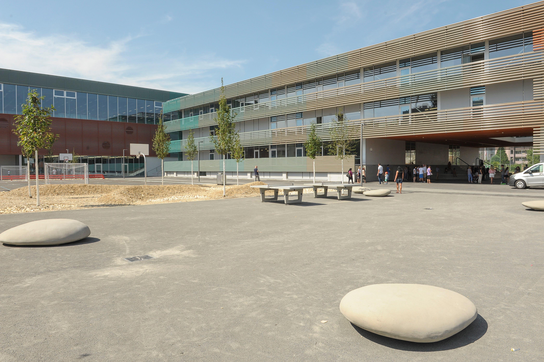 So macht etwa die Gestaltung der Aussenräume Probleme. Gehen die Schulkinder über die Kiesflächen, klemmen sich Steine in den Schuhsohlen fest. Das zerkratzt in den Innenräumen die Böden.