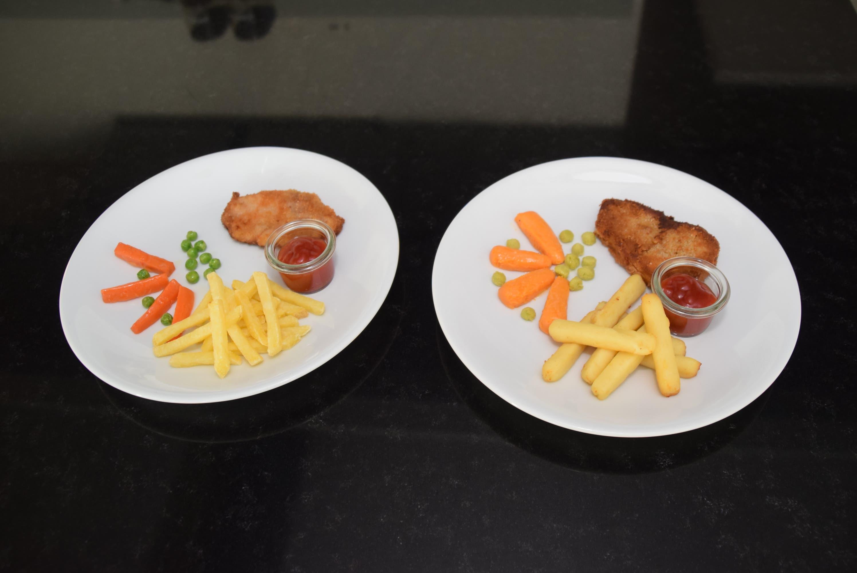 Schnitzel mit Pommes frites normal (links) und püriert (rechts). Bei der pürierten Version ist nicht nur das Schnitzel püriert, sondern auch Rüebli, Erbsli und Pommes frites.