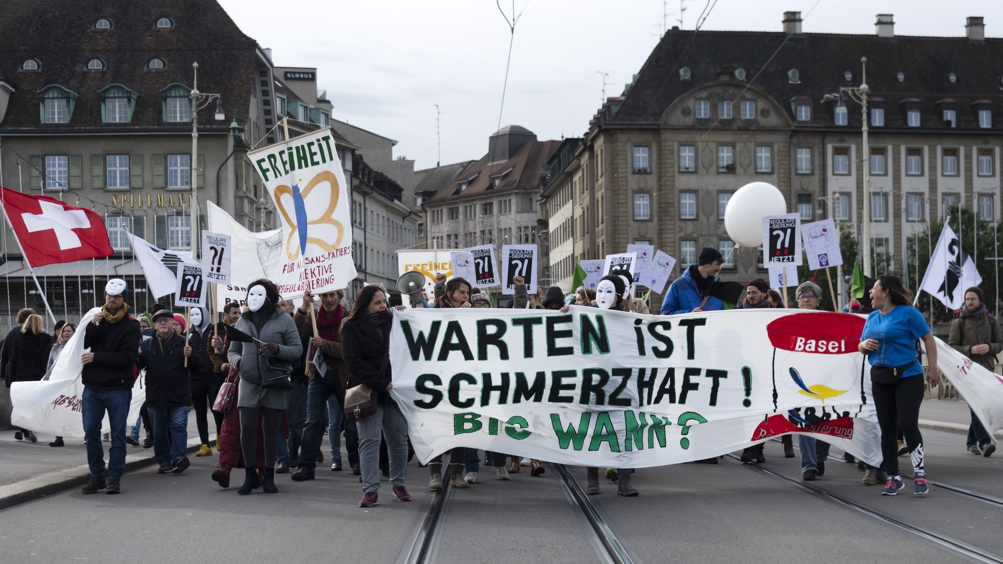 Anlass für die Kundgebung war der Jahrestag der Einreichung von zehn Härtefallgesuchen in Basel.