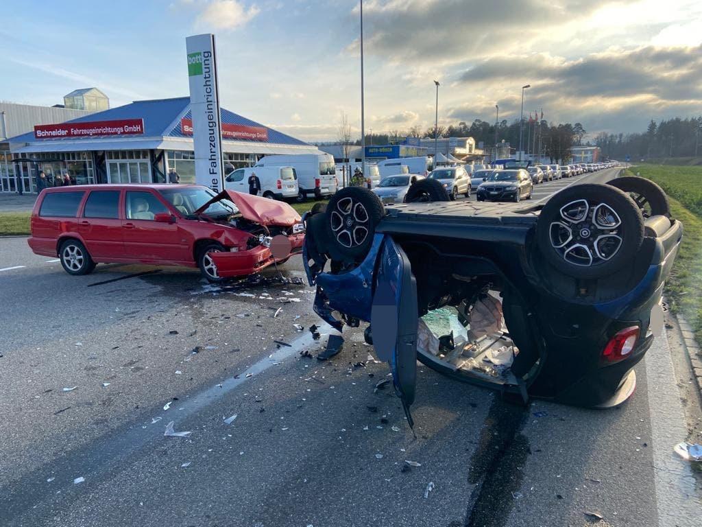 Döttingen AG, 29.Dezember: Ein Autolenker missachtete den Vortritt und rammte einen Kleinwagen. Dieser drehte sich aufs Dach. Ein Atemlufttest beim Unfallverursacher ergab einen Wert von 0.8 Promille.