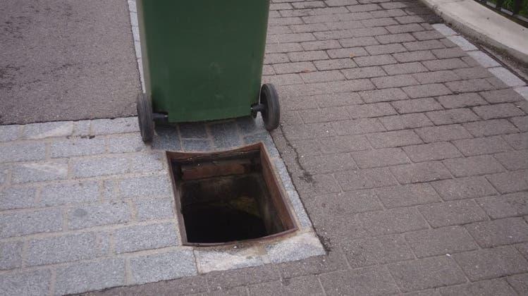 Bachstrasse: Schachtdeckel entfernt und in Wüeribach geworfen