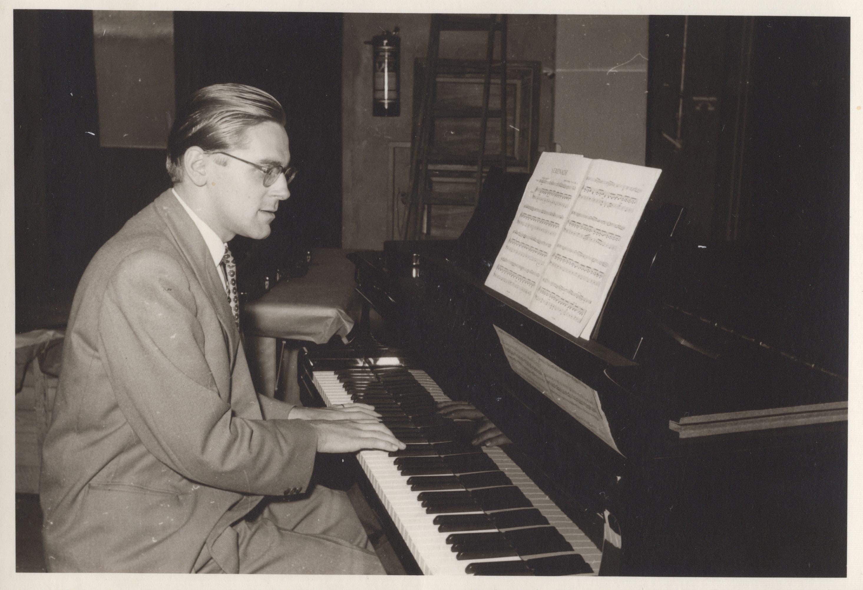 Der legendäre Orchesterleiter Wilhelm Steinbeck am Klavier