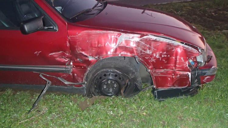 Bei Überholmanöver: Verkehrsrowdy drängt Auto von der Strasse und flüchtet nach Kollision