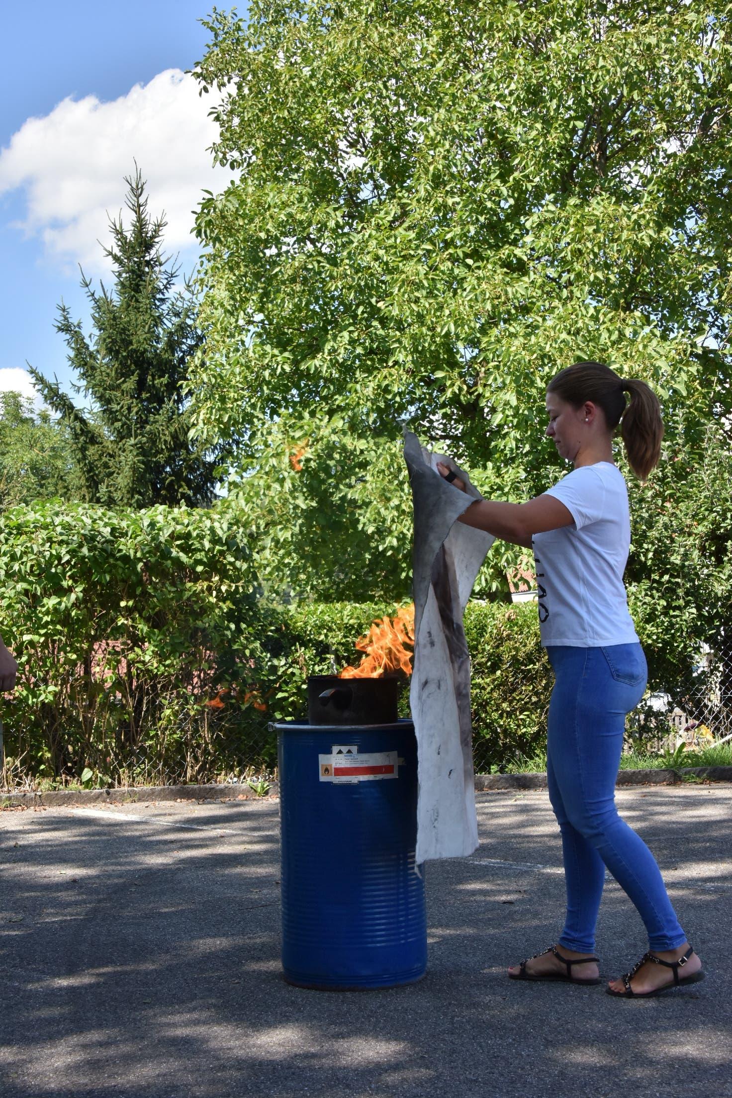 Löschdecke Praktischer Einsatz zum Löschen einer brennenden Pfanne.