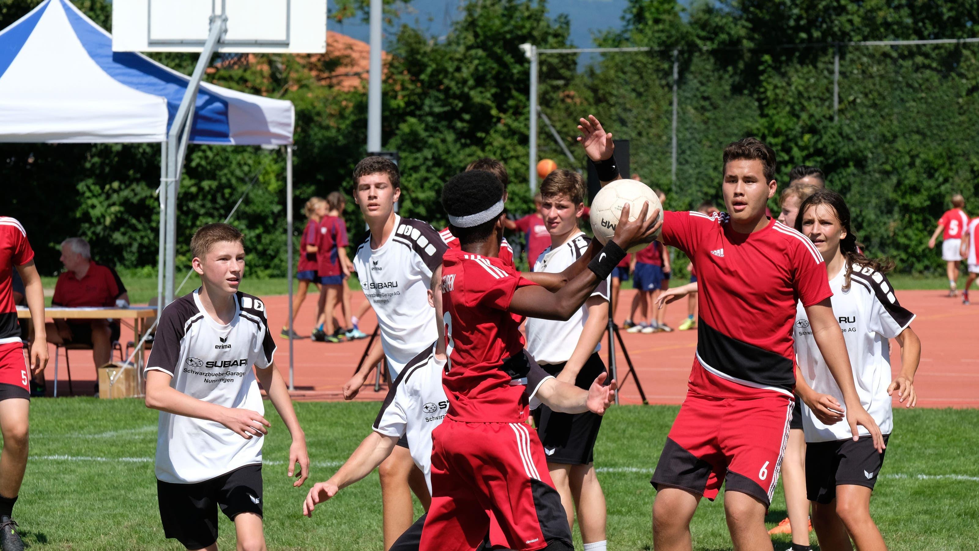 U16: Die Jugi Hochwald-Gempen (rot) im Spiel gegen die Jugi Nunningen 1 (weiss)