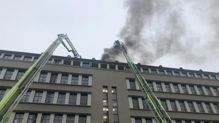 Rauch über der Stadt Zürich: Dach der Sihlpost beim Hauptbahnhof brannte