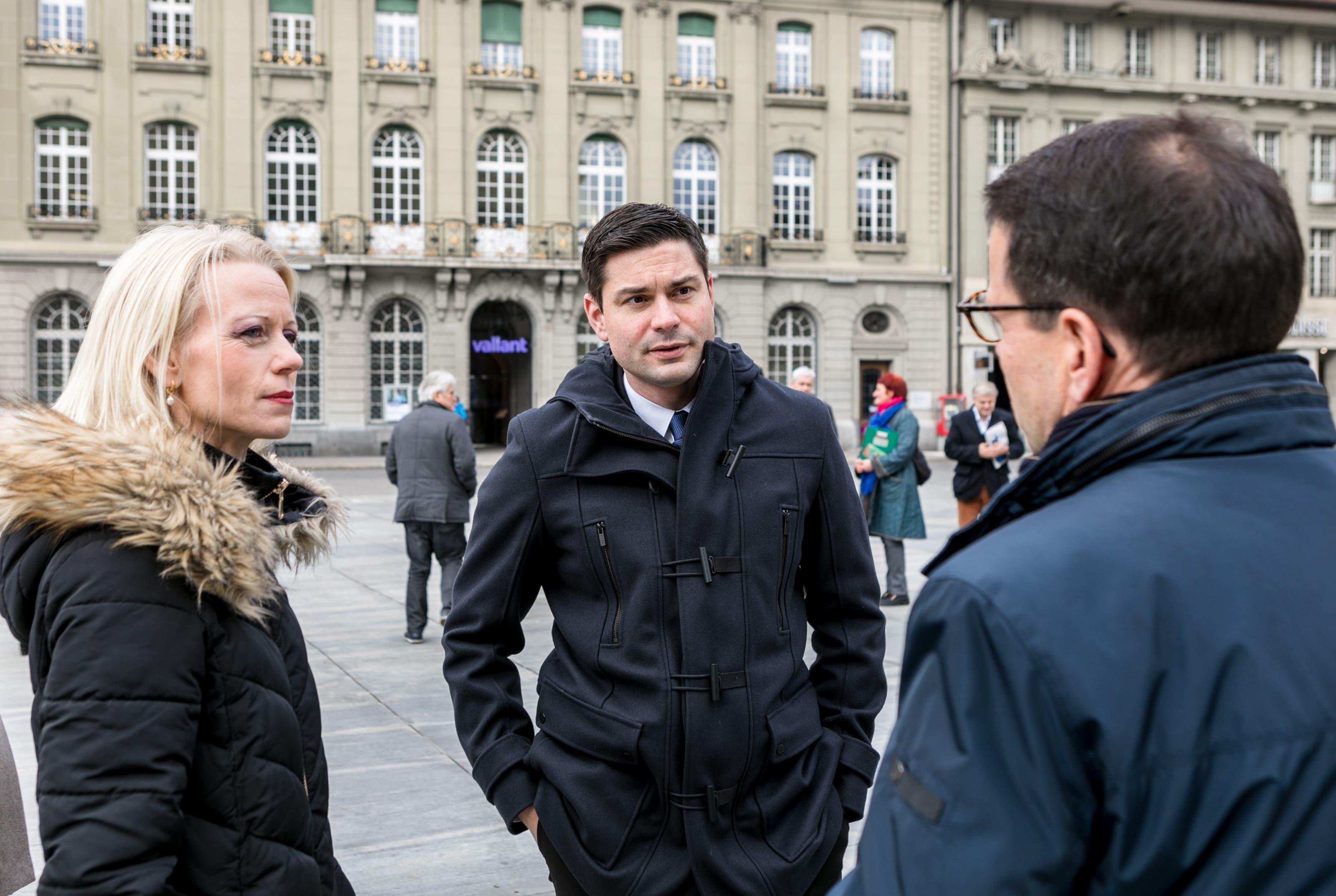 Lilian Studer (EVP) und Benjamin Giezendanner (SVP) im Gespräch mit Matthias Jauslin (FDP), der bereits im Nationalrat ist.