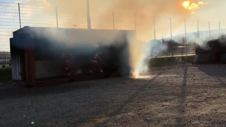 Brennende Küche wird von den Feuerleuten gelöscht —sie beeindrucken bei der Hauptübung
