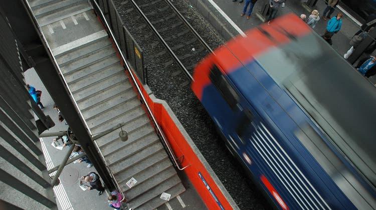 Mann stürzte zwischen Perron und Zug