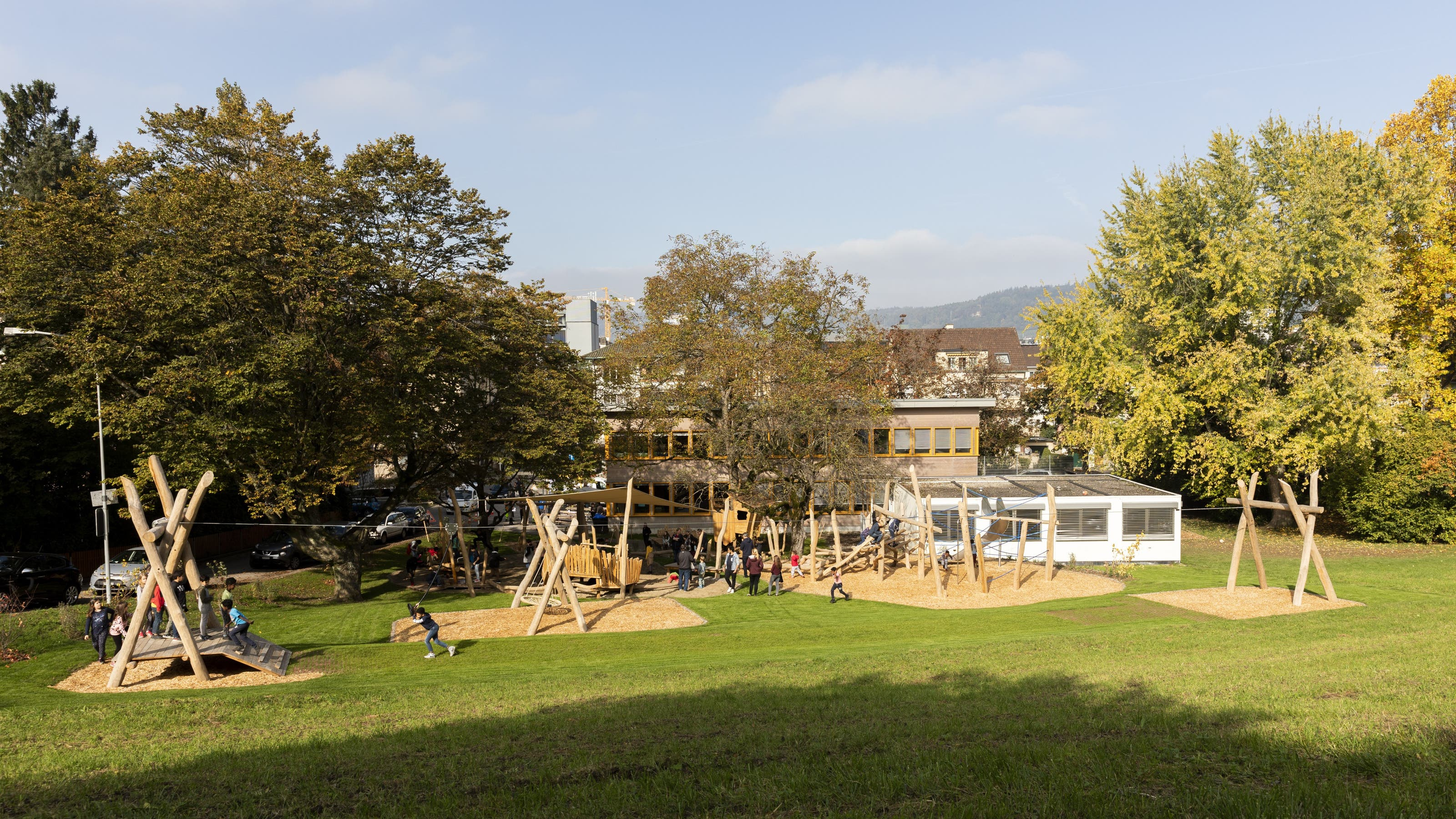 Der öffentliche Spielplatz ist für Kinder verschiedenen Alters gestaltet.