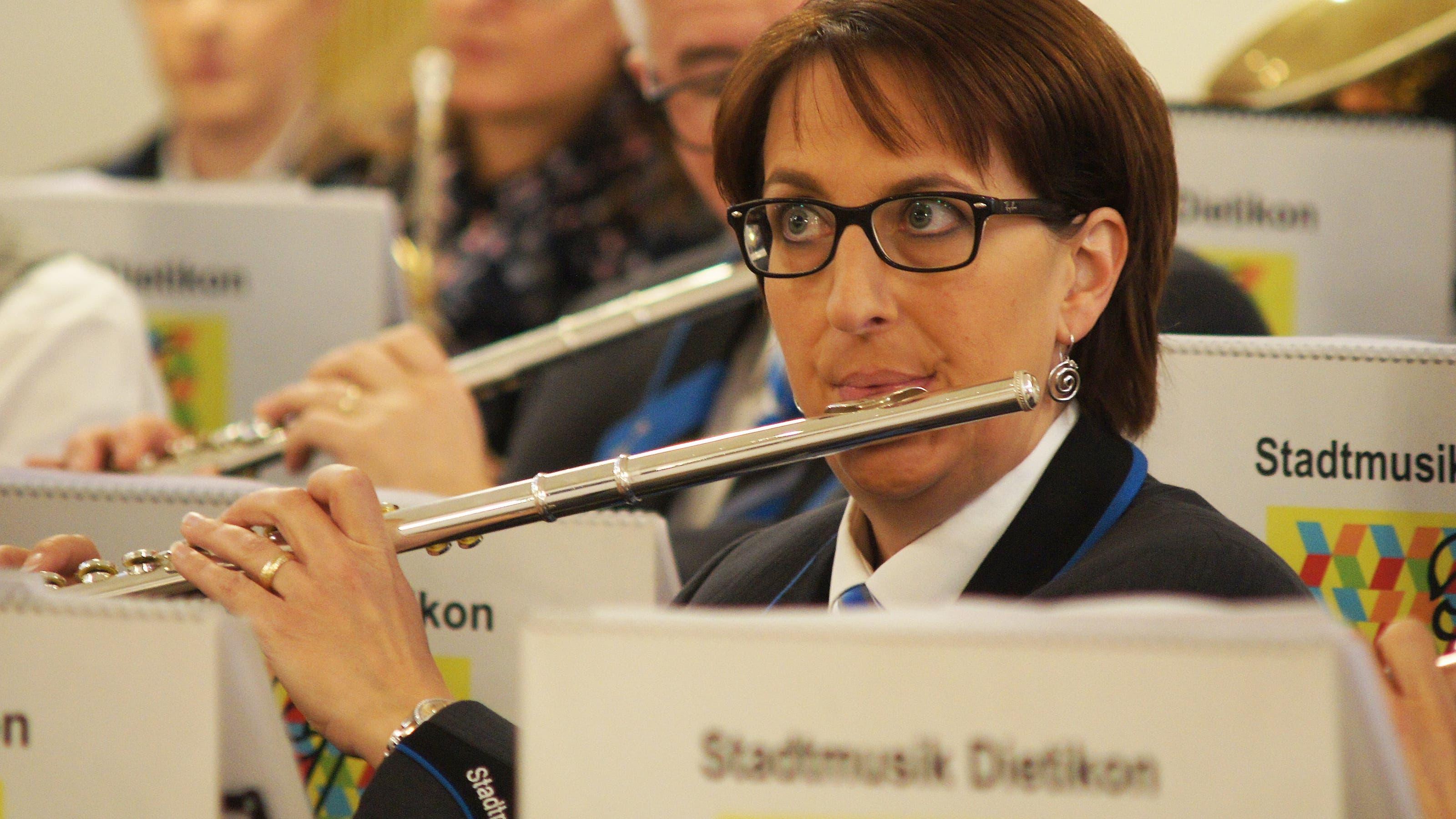 Bea Rieser aus Urdorf spielt Querflöte