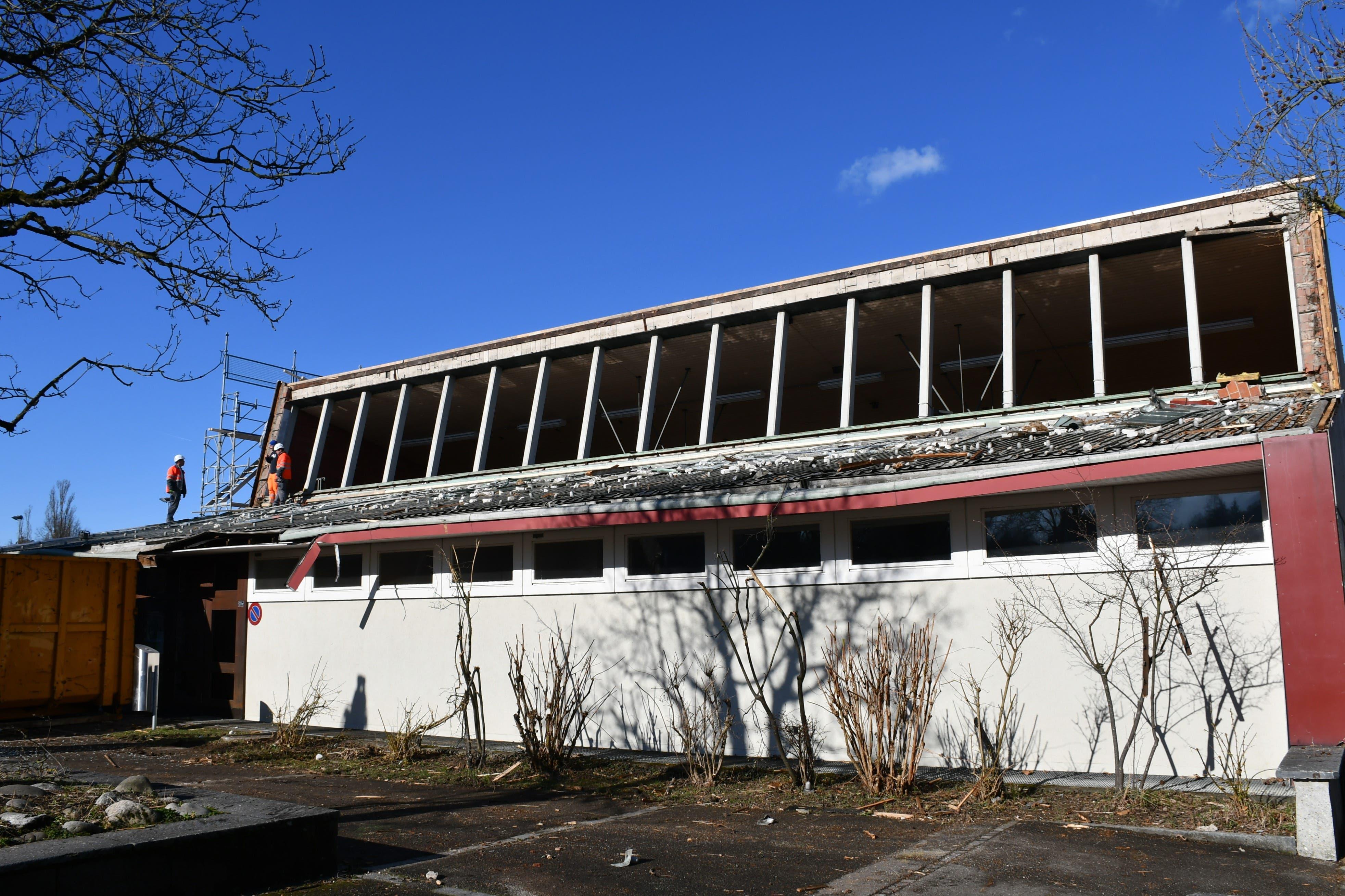 Abgerissenes Dach Turnhalle Dohlenzelg