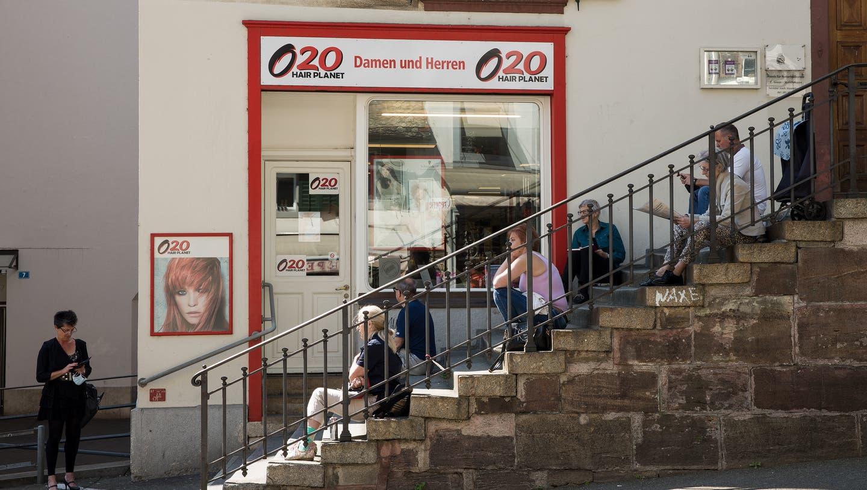 Volle Baumärkte, Coiffeure unter Hochdruck, Schlangen vor McDonald's: Der erste Tag der Basler Lockerung