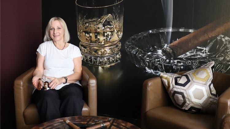 Mit Zigarrenrauch gegen das Lädelisterben: Vorhangladen eröffnet Raucherlounge