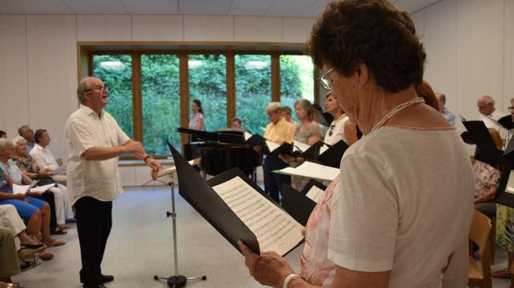 Auch das Publikum durfte mitsingen: Der Cäcilienchor sorgt im neuen Pfarreizentrum für Jubelrufe