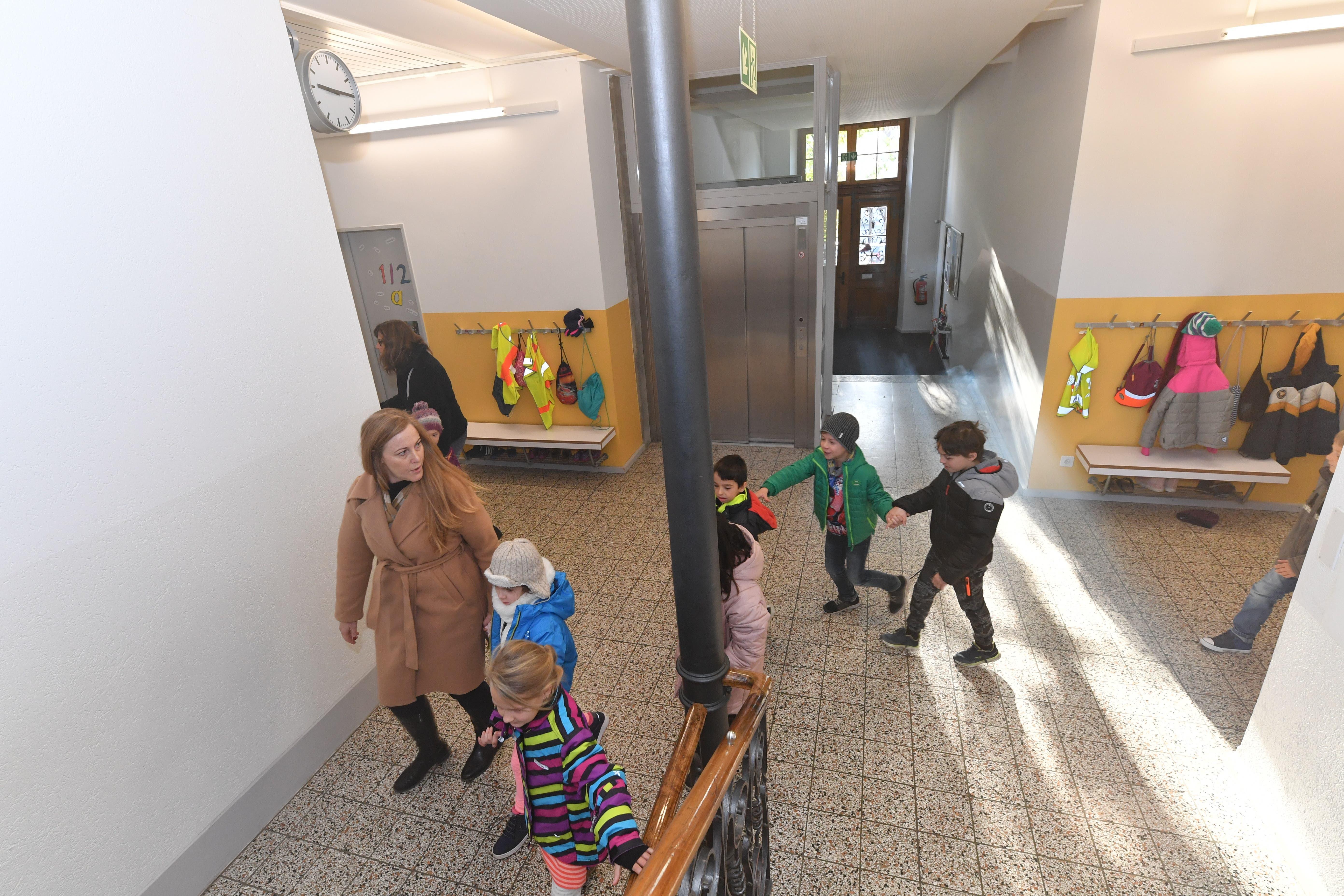 Am Dienstag nun war es soweit. Nachdem die Hauswartin Regula Brunner im Keller Rauch entdeckt hatte, rannte sie in alle Schulzimmer und alarmierte die Schüler und die Lehrkräfte.