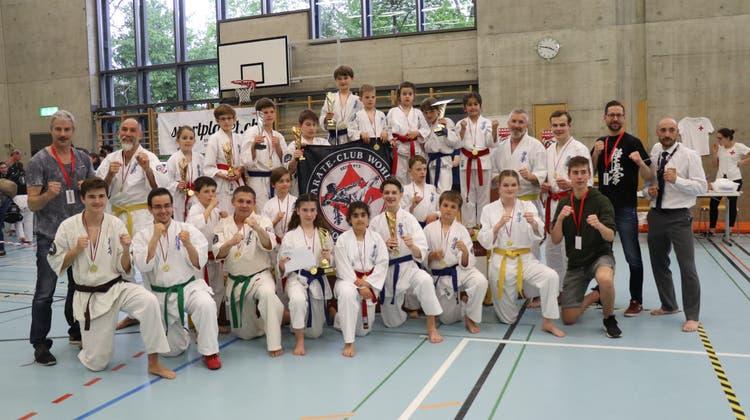 Elf Podestplätze für Wohler Karatekas in Winterthur
