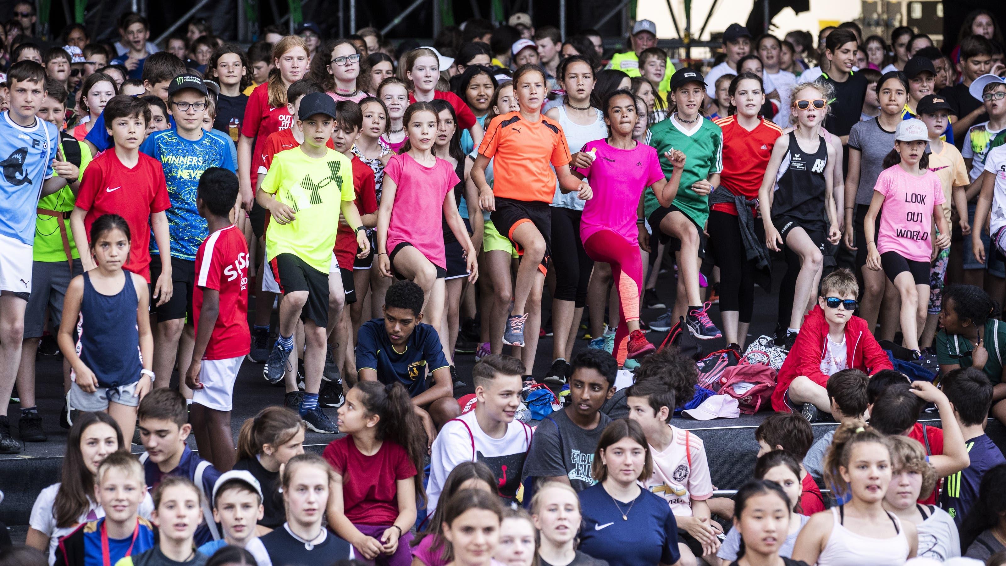 Jugendliche und Erwachsene tanzen am Tag der Generationen (19. Juni 2019)