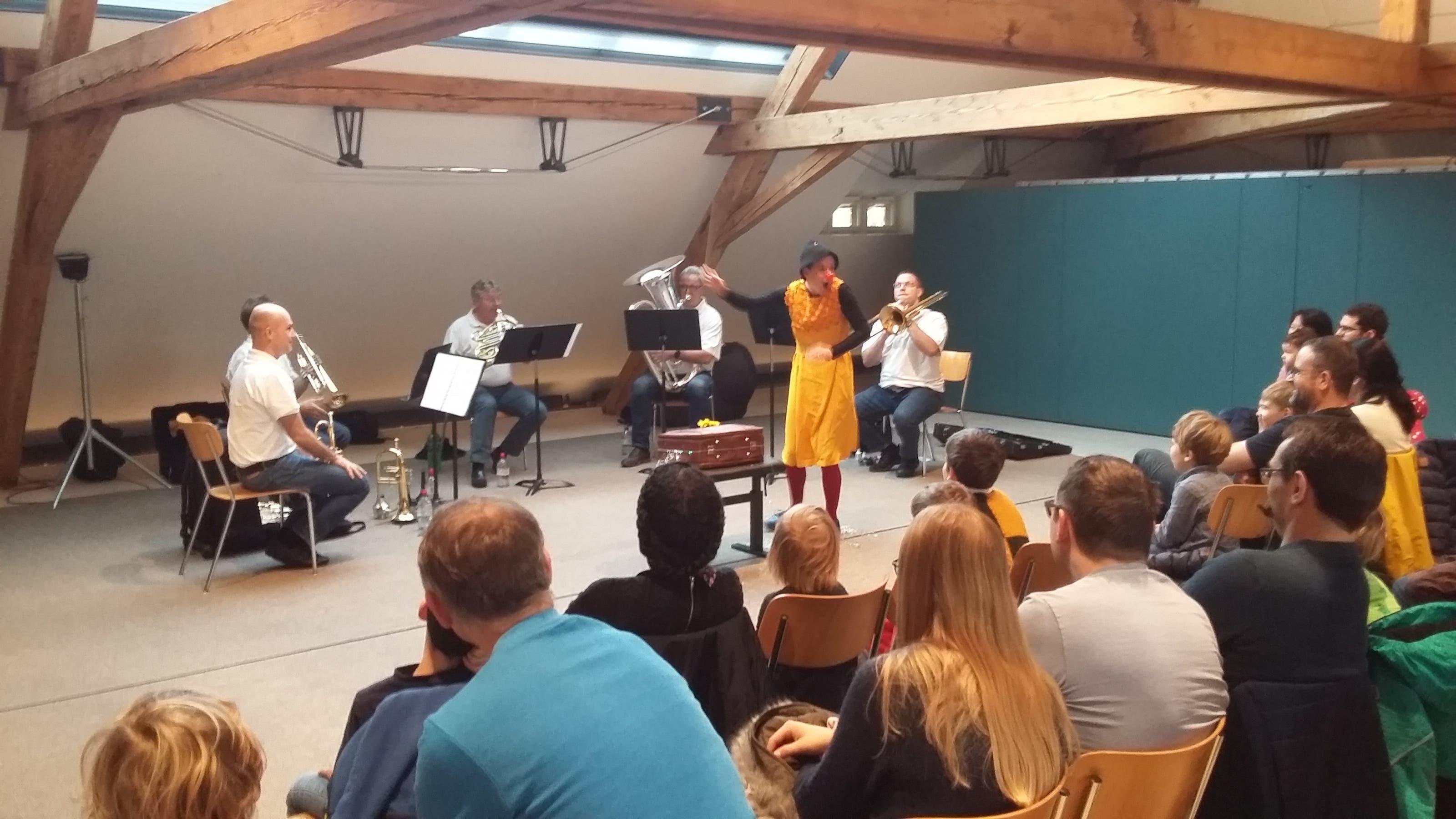 «Waldhirn und Saupone» in der Musikschule Clown Flupp stellt die einzelnen Instrumente vor.