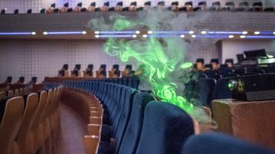 Wenig Ausbreitung: Der Nebel steigt durch die Lüftungsschlitze entlang eines Sitzes über dem Kopf des Zuhörers im KKL hoch. (Bild: Pius Amrein (Luzern, 10. September 2020))