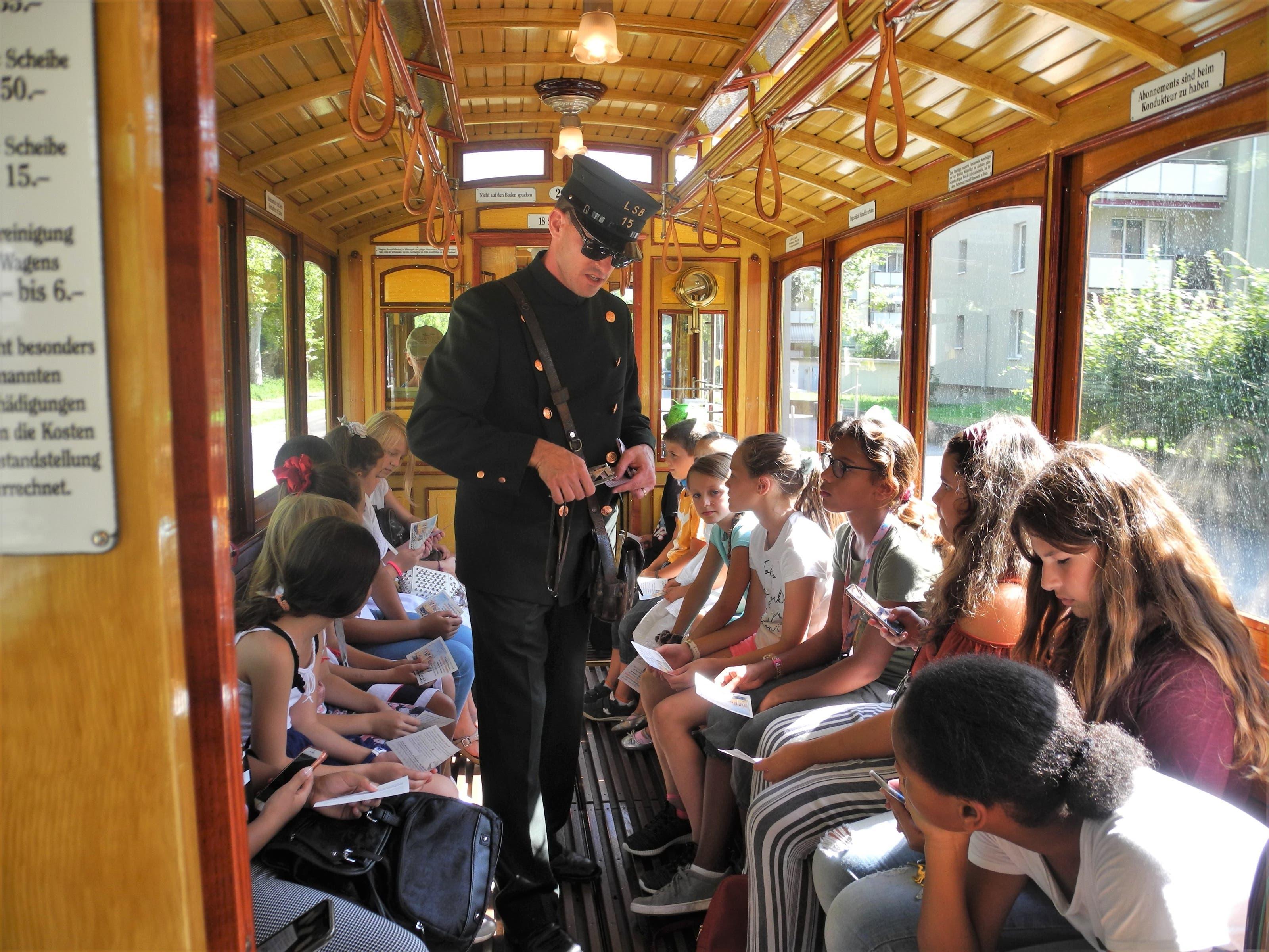 Ein Mitarbeiter des Tram-Museums Zürich verteilte Fahrkarten.