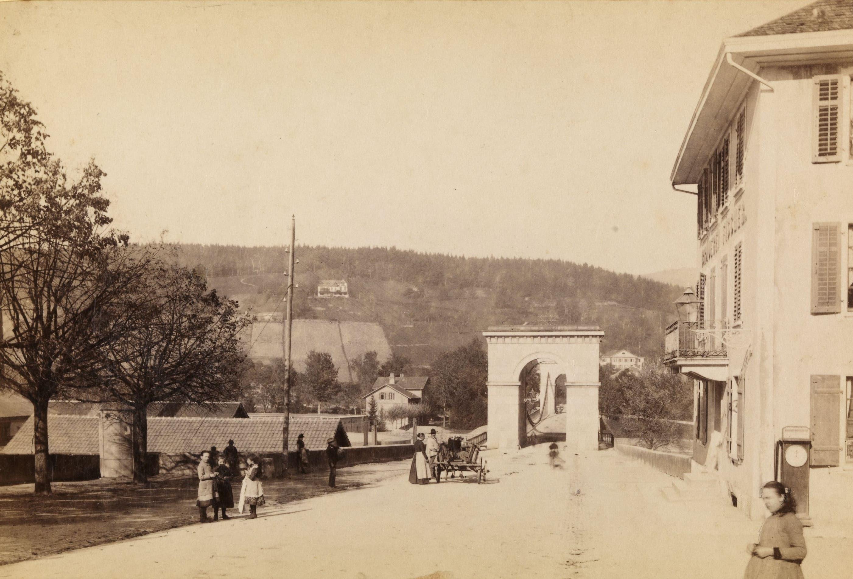 Die Kettenbrücke mit dem dazugehörigen Gasthof um ca. 1860.