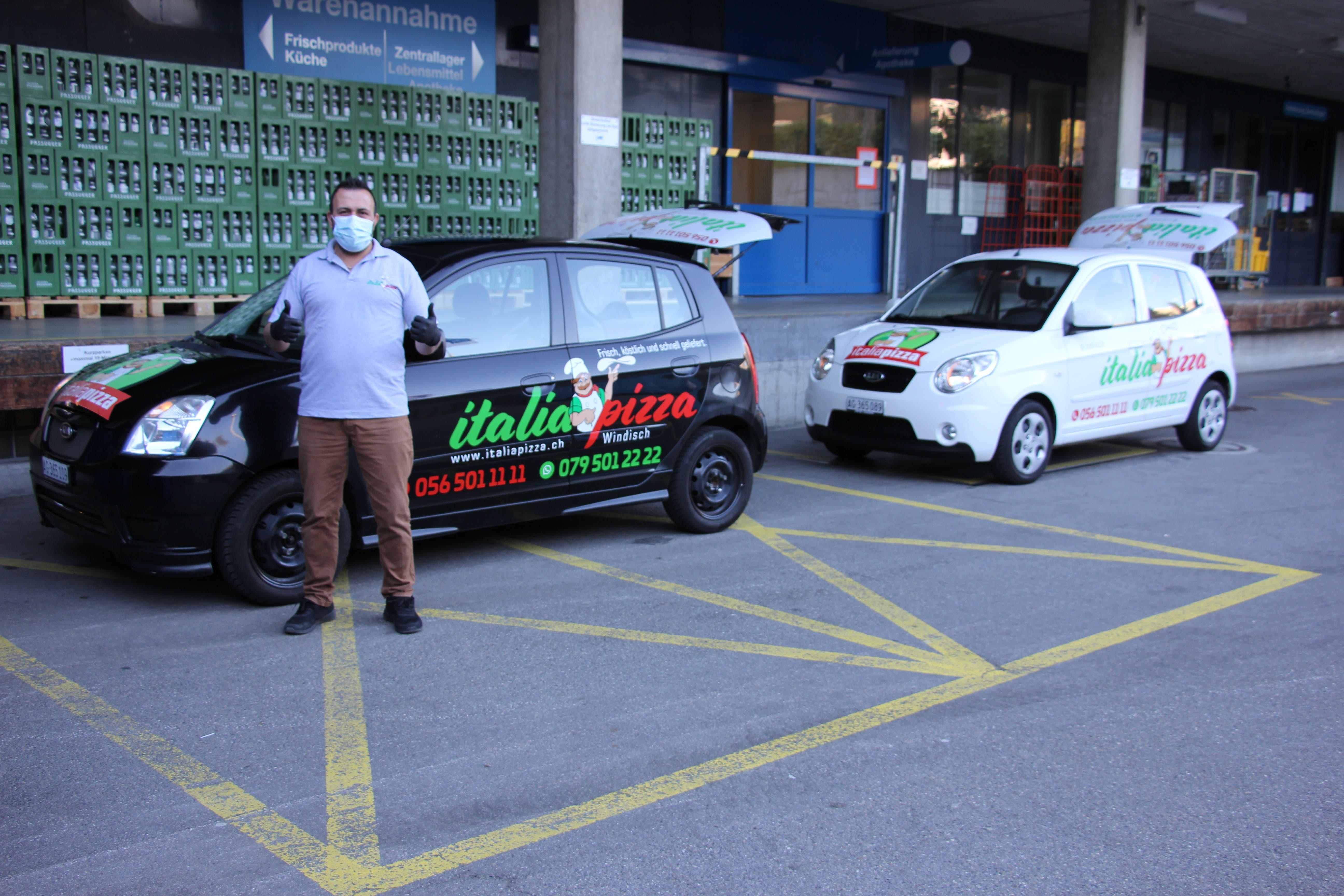 Windischer Pizza-Kurier beschenkt KSB Abdullah Erbil wartet am Wareneingang des KSB.