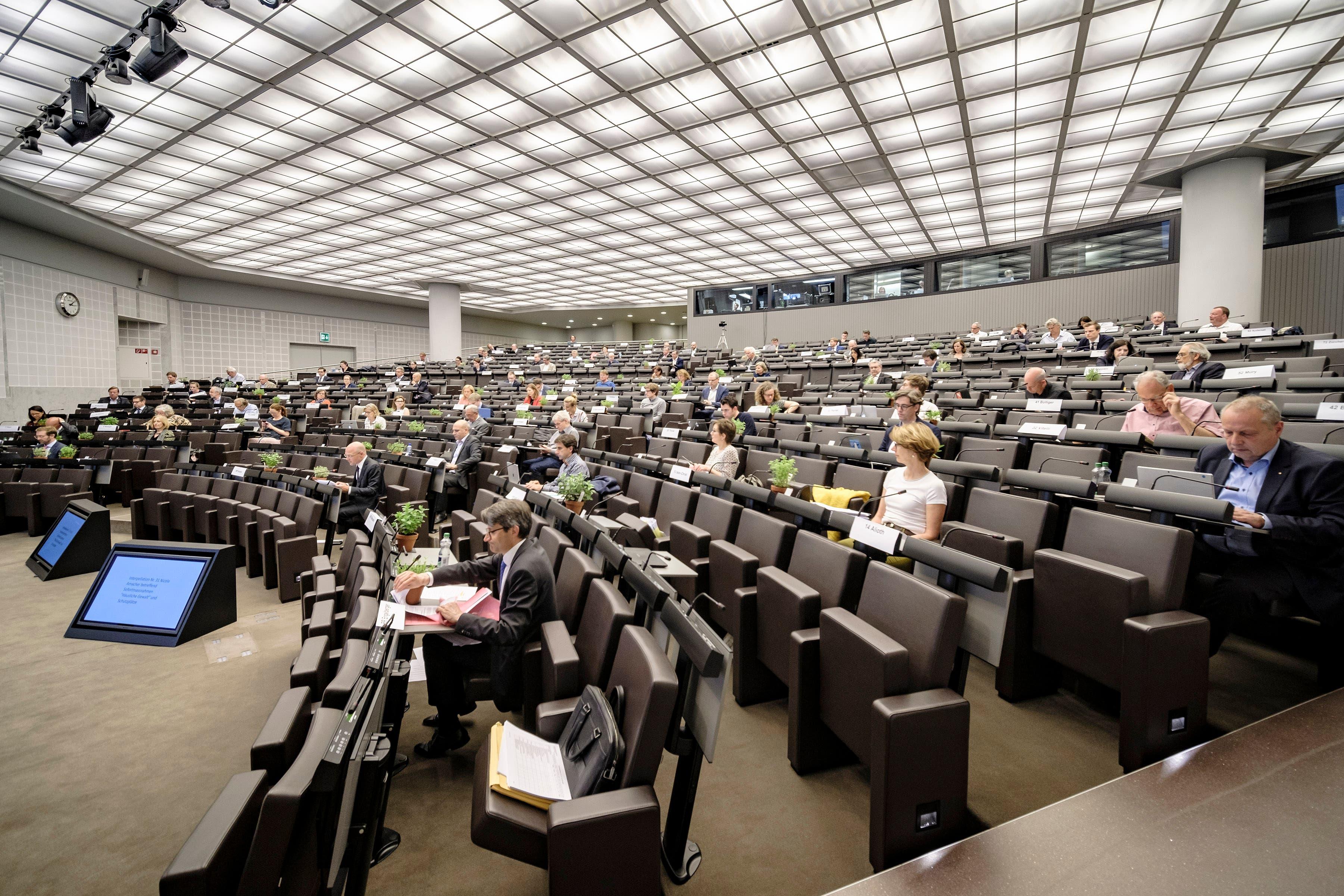Für einmal blicken die Mitglieder des Grossen Rats und die Regierungsräte in dieselbe Richtung. Nämlich zu Grossratspräsidentin Salome Hofer und der riesigen Leinwand hinter ihr.