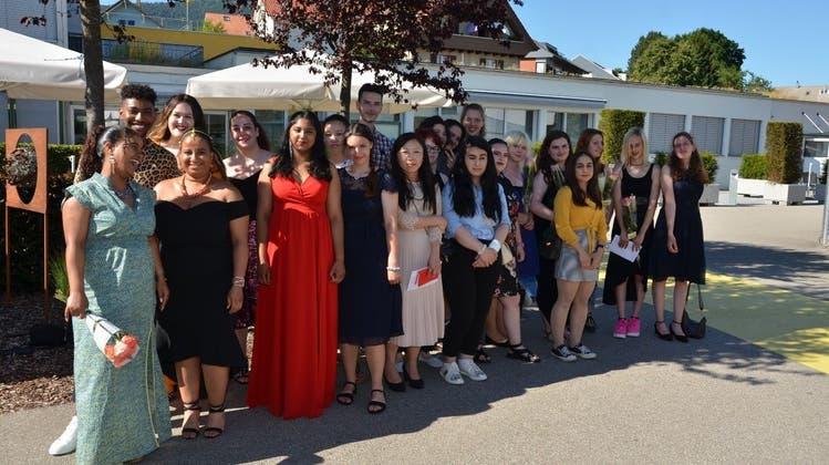 22 junge Frauen und Männer erhalten ihr Diplom als frisch ausgebildete Berufsleute