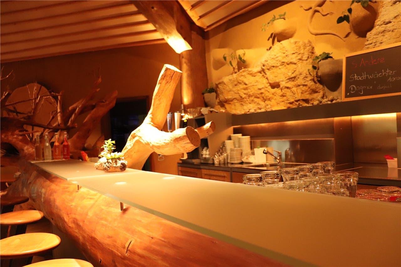 Die Bar mit Baumtheke im Innern des Lokals.