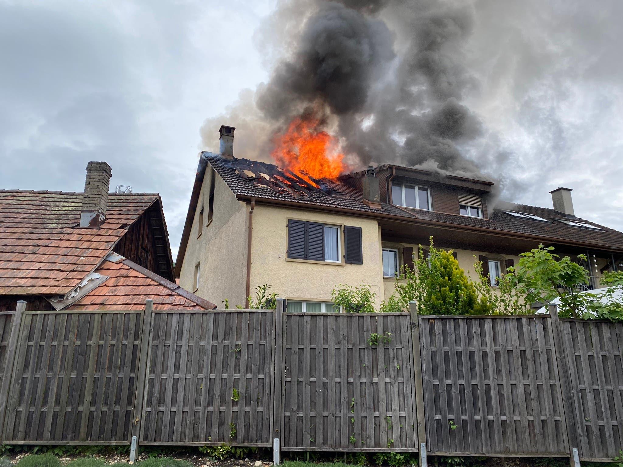 Gegen 16.30 Uhr bricht der Brand in einem Mehrfamilienhaus aus.