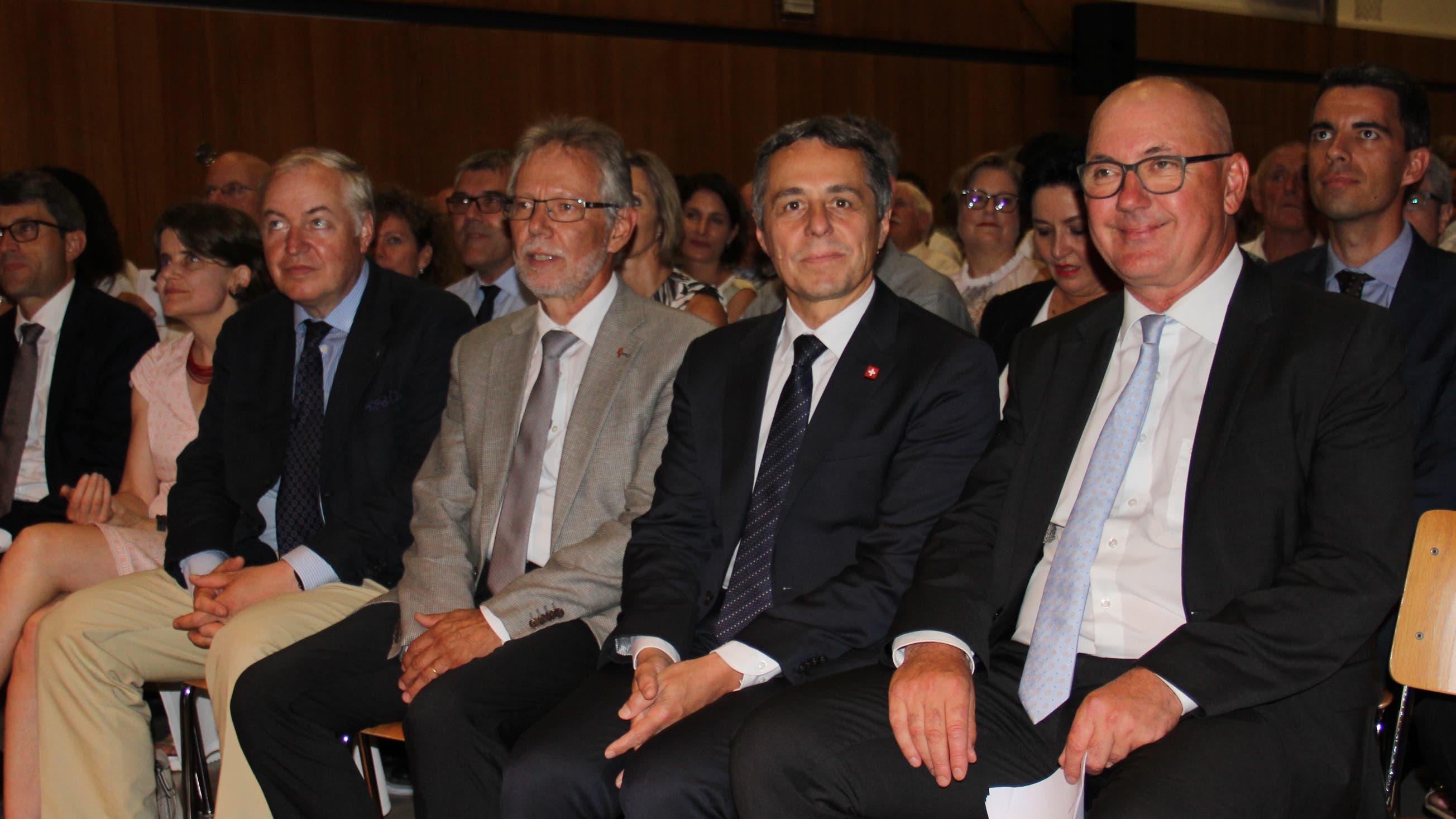 man Ignazio Cassis mit Politikern aus den Kantonen Baselland und Basel-Stadt. Rechts von vorne neben ihm sitzt Isaac Reber, Regierungspräsident Baselland, links Peter Riebli (Landratspräsident).