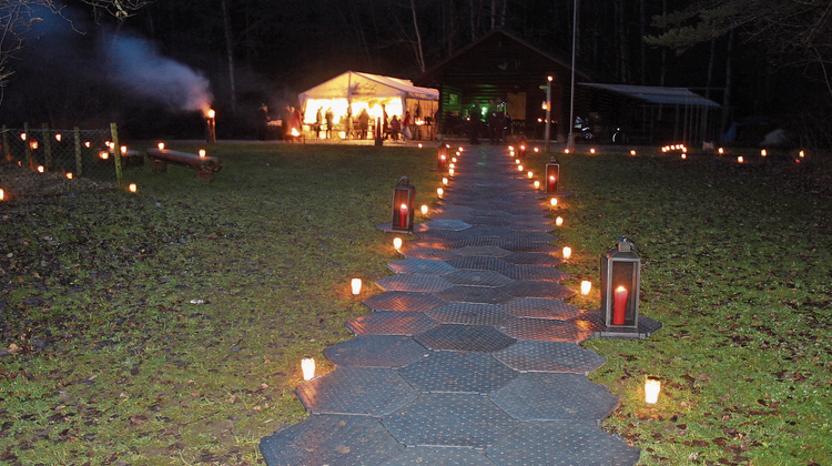 Über 1500 Lichtlein leuchteten den Weg durch den Wald