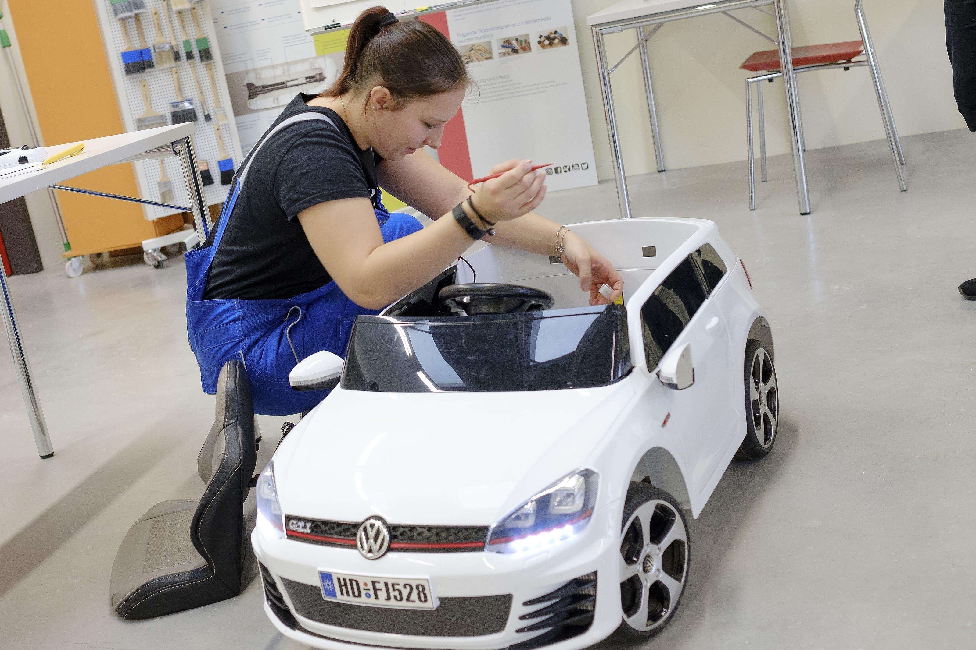 Svenja Fuchs lernt Auto-Mechatronikerin.