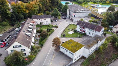 Die Visiere sind gestellt: Bis auf den vordersten Hausteil der Gebäude östlich der Schlossmühlestrasse (im Bild links) sowie der Garage westlich der Strasse (im Bild rechts) sollen alle Gebäude ersetzt werden. Hinten das Hallen-, Frei- und Sprudelbad. (Reto Martin)