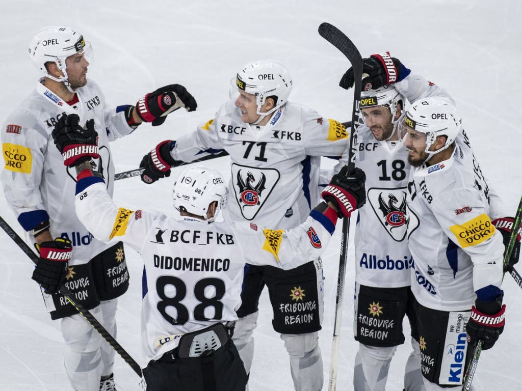 Die Spieler von Fribourg-Gottéron freuen sich einmal mehr über einen Sieg in Biel