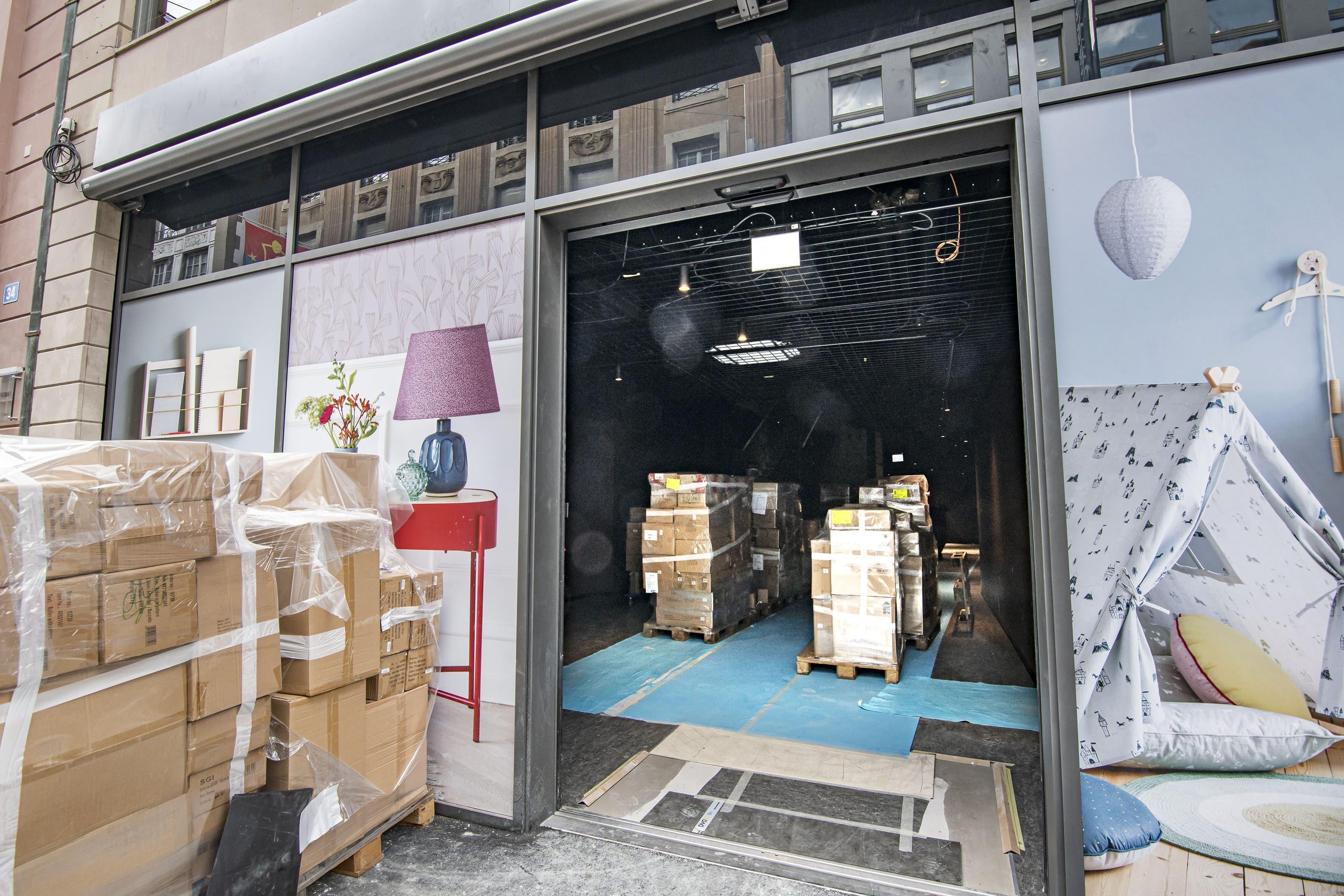 Derweil an der Freien Strasse «Søstrene Grene», ebenfalls aus Dänemark, die Einrichtung des Ladens bald abschliesst.