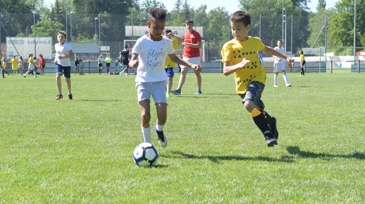 Junge Fussballerinnen und Fussballer nehmen die Dornau in Beschlag