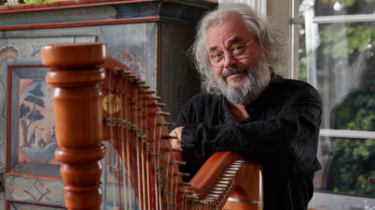 Andreas Vollenweider an der Harfe in seinem Chalet am Zürichberg. (Bild: Henry Muchenberger)
