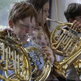 Kinder spielen am Solothurner Horntag Waldhorn in verschiedensten Variationen