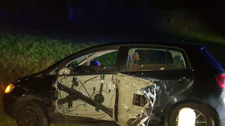 Autofahrer gerät auf Gegenfahrbahn und verursacht erheblichen Schaden – Führerausweis weg