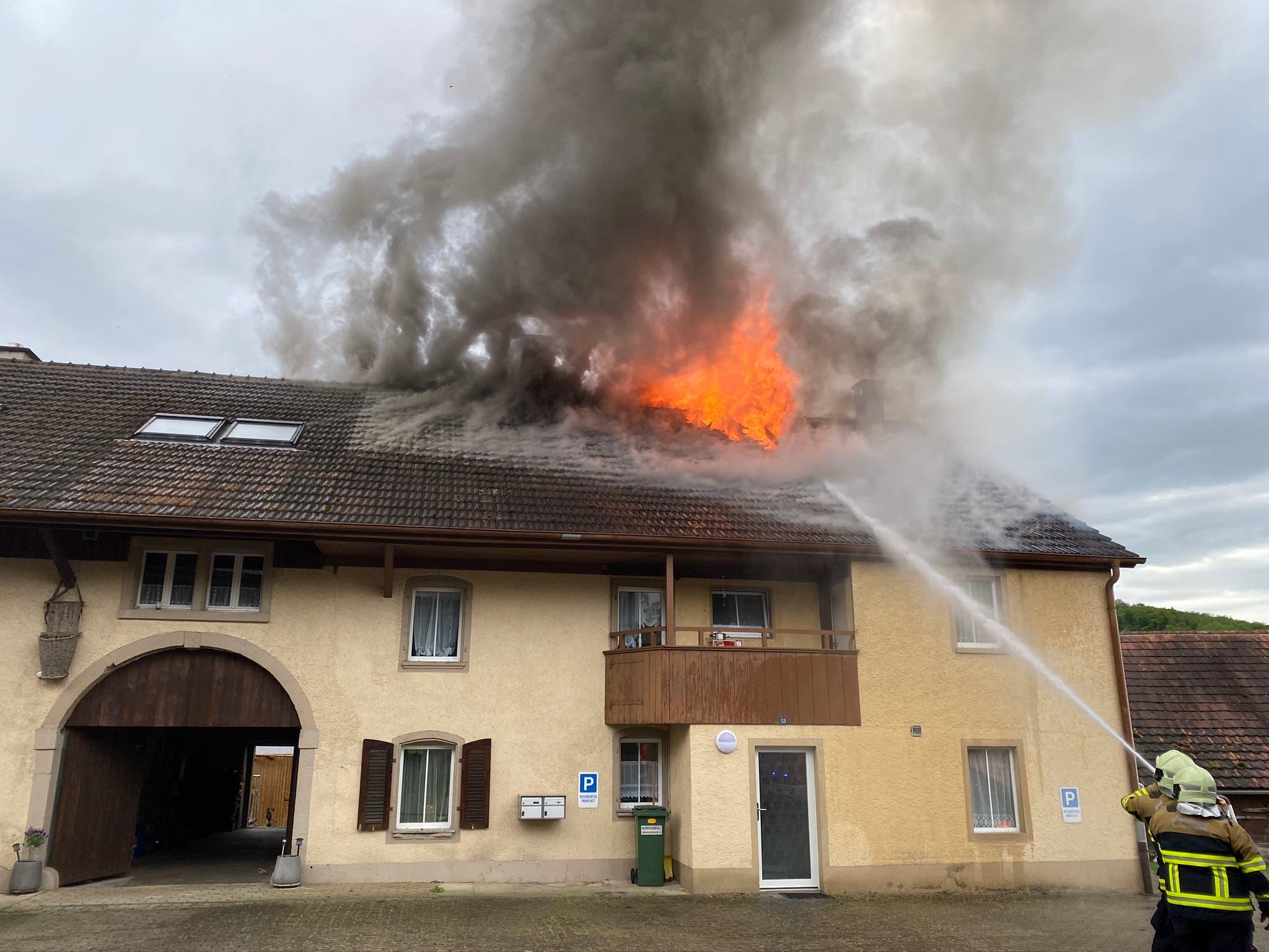 In Küttigen kommt es am Dienstagnachmittag zu einem Dachstockbrand.