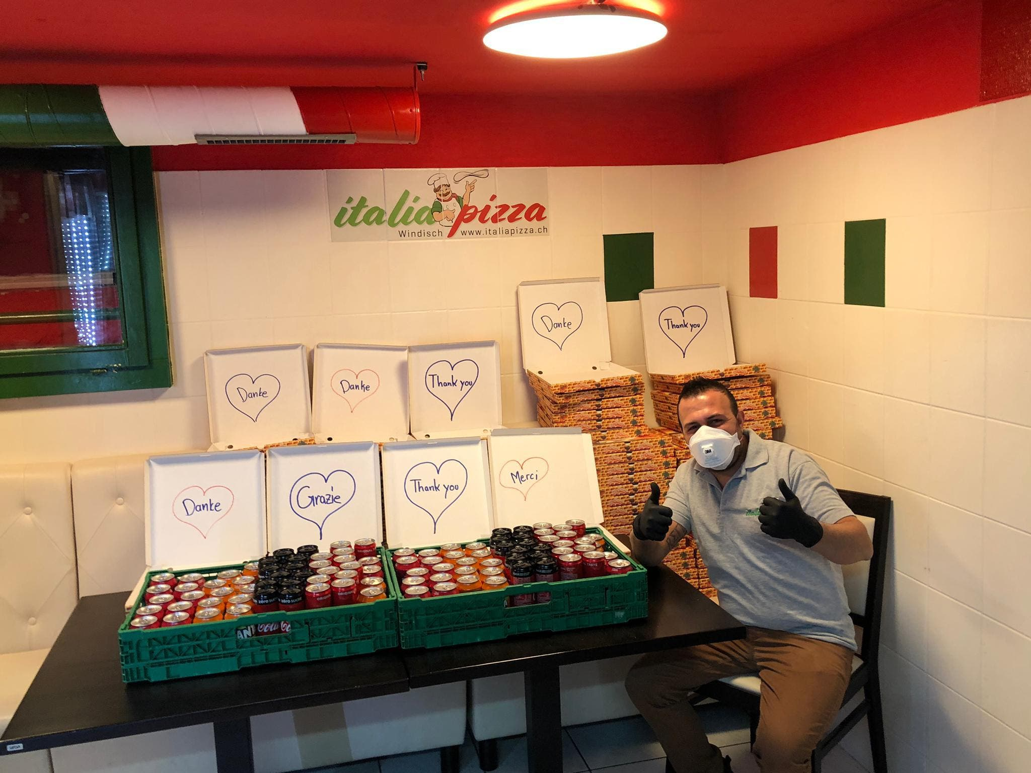Windischer Pizza-Kurier beschenkt KSB Alles ist vorbereitet: Das Team um Abdullah Erbil die Pizza-Kartons für das KSB mit Dankesbotschaften verziert.