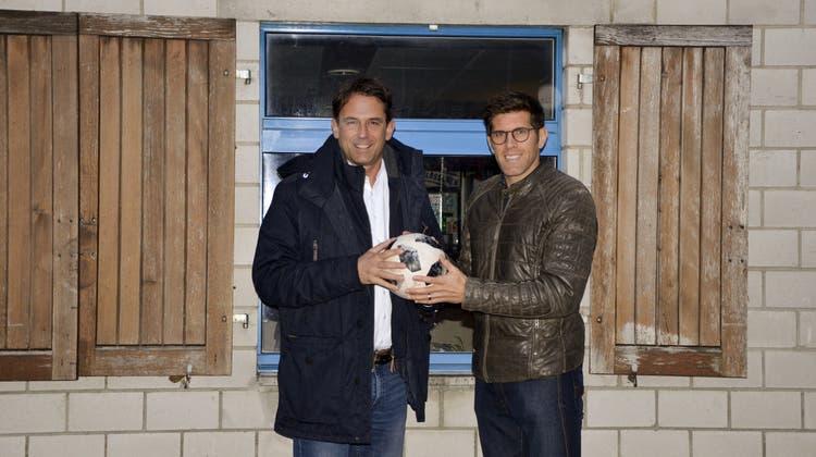 Ein Promi-Duo für das runde Leder: Moderne Fussballplätze dank Huggel und Balz Stückelberger