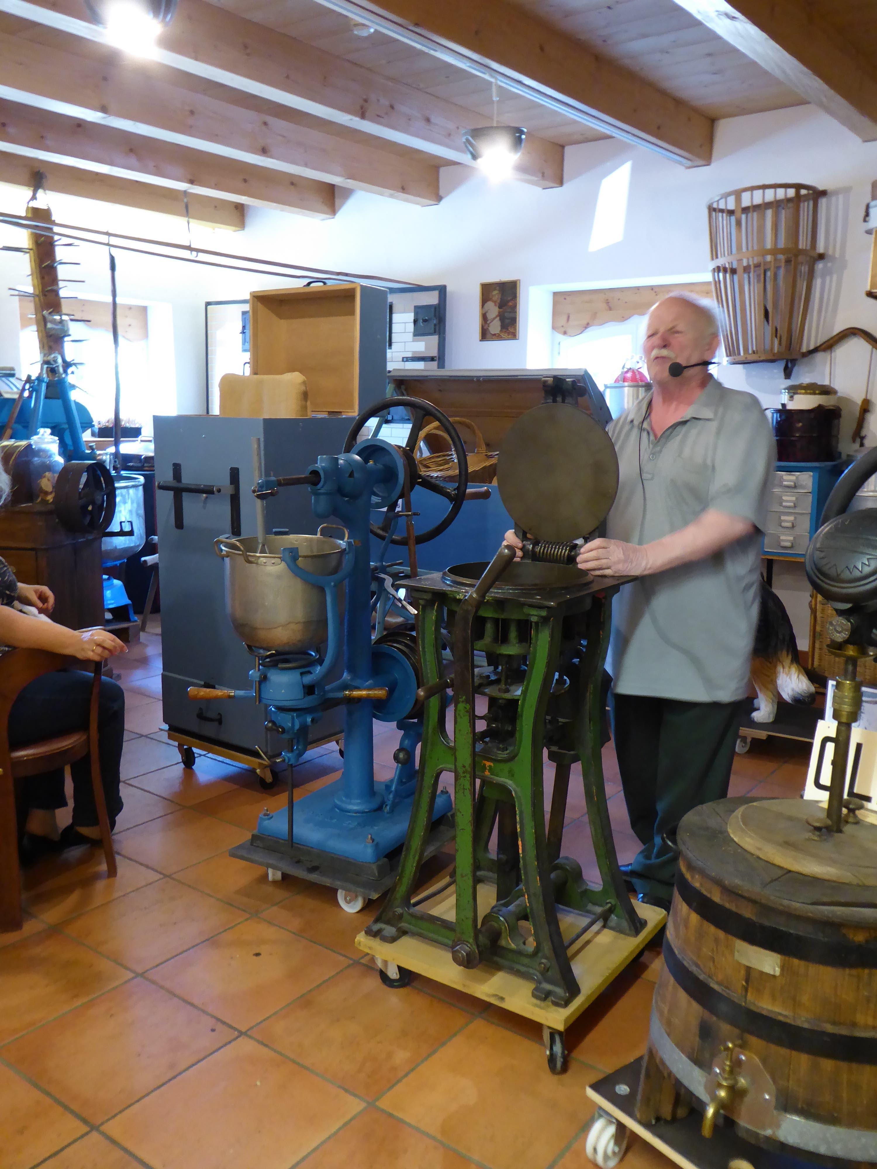 undefined Paul Wick erklärt eine der vielen alten Bäckerei-Maschinen