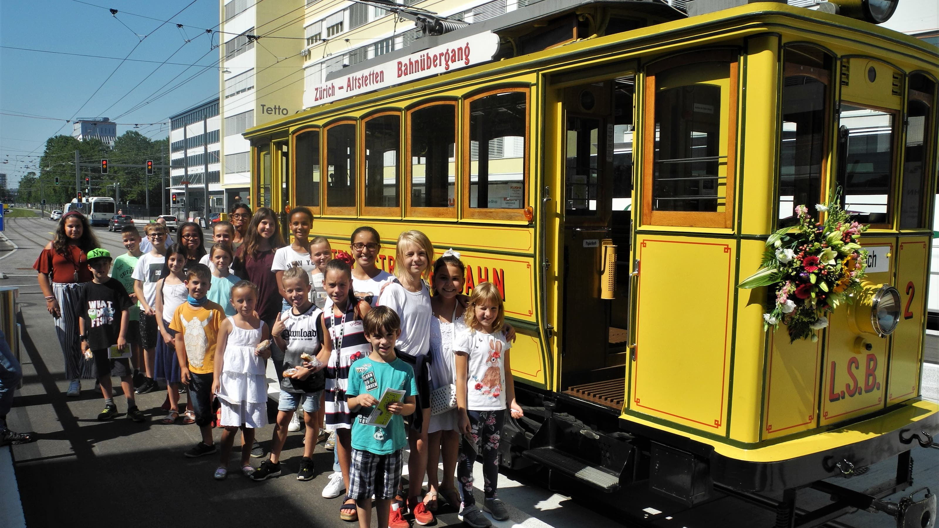 Kinder fahren mit dem Lisebethli
