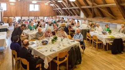 Rindsbraten, Musik und schöne Erinnerungen: Diese Seniorinnen und Senioren feiern zusammen ihren 80. Geburtstag